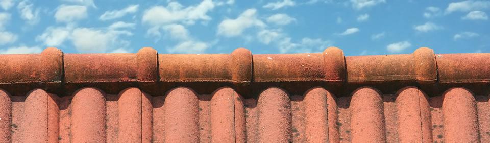 bovenkant dak met blauwe lucht